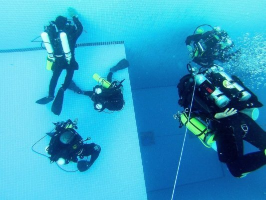 Rebreather training in the pool